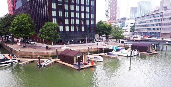 ▲베인하븐아일랜드 레드애플 앞에 떠 있는 플로팅 실험 주택, 랩보트(wrap boat, wikkelboat) ©박혜리