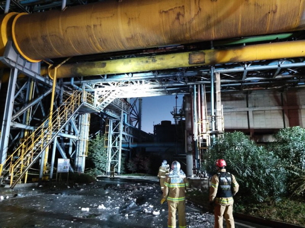 지난달 24일 오후 포스코 광양제철소에서 발생한 폭발 사고를 수습하는 소방대원의 모습. 연합뉴스